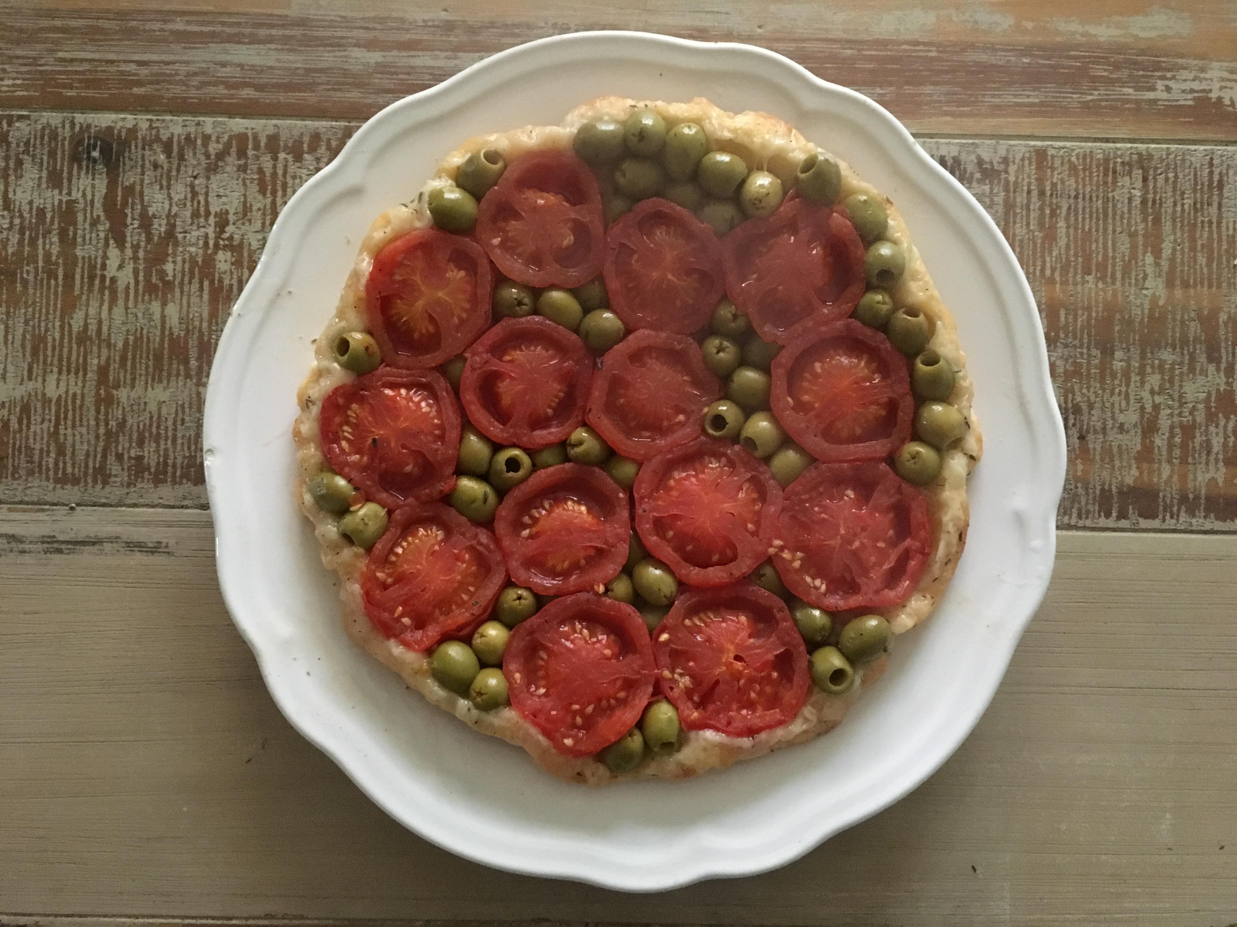 Tarte tatin met tomaten en olijven | Julienne