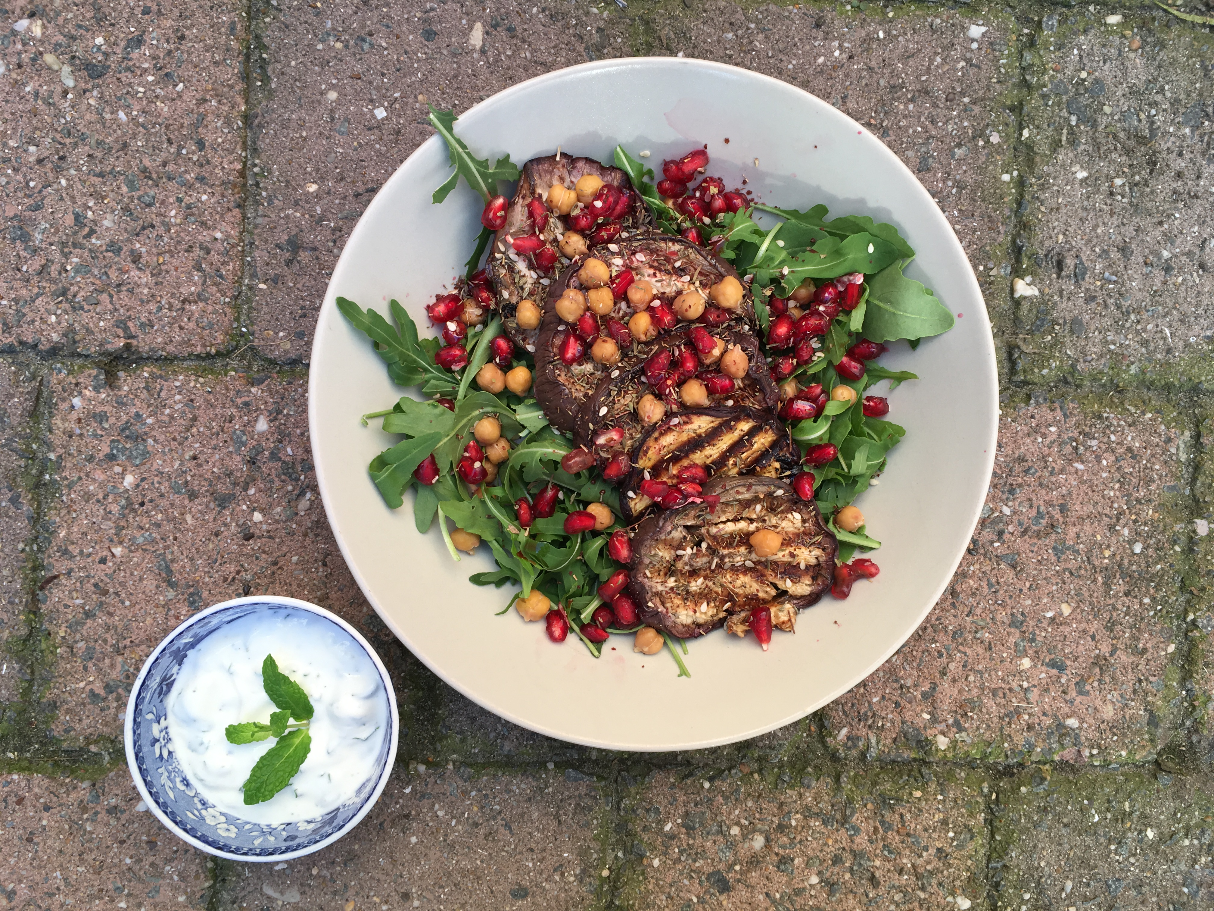 Salade met gegrilde aubergine, kikkererwten en granaatappel - Julienne